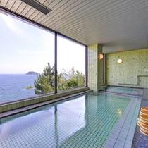 *大浴場/大きな窓から望む大海原。温かい湯船に浸かり、どこまでも続く広い海に思いをはせて。