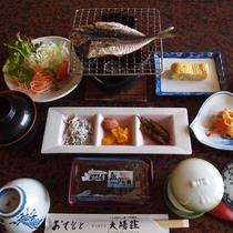 【朝食】白ご飯がすすむ焼きアジをメインに、海に囲まれた島ならではの朝食をご用意!