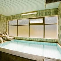 内風呂は男女別にございます。広々としたスペースでごゆっくりお寛ぎ下さい。