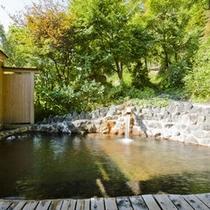 ゆったりとした岩造りの貸切露天風呂(無料)
