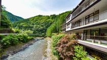 *【外観】清流日高川沿いに佇む温泉旅館です。