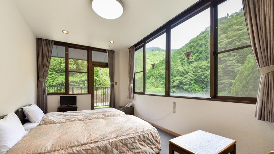 *【洋室(一例)】角部屋のツイン。川のせせらぎと山の風景に癒されます。