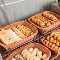 <種類豊富な焼き立てパン>