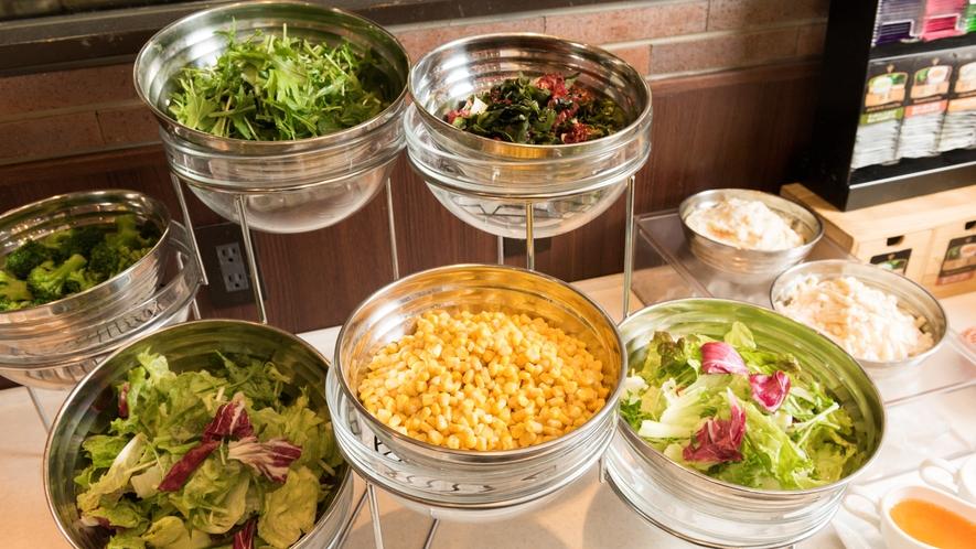 生野菜もたっぷり定番サラダ