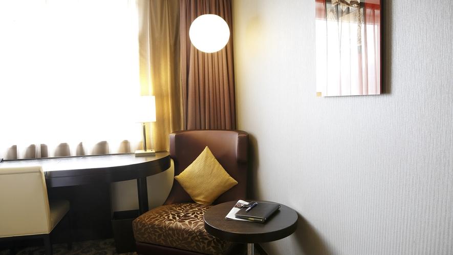 【スタンダードルーム・スーペリアルーム】1人掛けソファーと丸テーブル