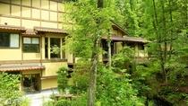 自然に佇み調和する本館