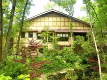 【本館】春から秋にかけて本館は野趣溢れる自然に包まれます。虫の音も聞こえて参ります。