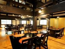 古民家を移築した50帖のお食事処「やまてらし」天井の梁は解放感たっぷりです。