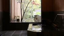 【貸切風呂「石」】お風呂の外はそのままの自然。窓を開けると心地よい風が通ります♪