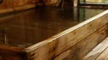 【貸切風呂「檜」】「檜」を使用した浴槽。檜の香りがリラックスを促します。