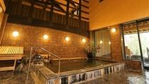 【大浴場】男性様用大浴場の内湯。高い天井と古民家移築の梁が特徴です。