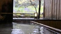 【貸切風呂「檜」】お風呂の外はそのままの自然。窓を開けると心地よい風が通ります♪
