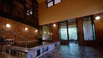 【大浴場】島根県波子町の江戸時代から続いた造り酒屋の酒蔵を移築した開放感溢れる内湯。