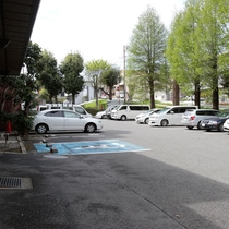【駐車場】ご宿泊のお客様は平面駐車場を無料でご利用いただけます。