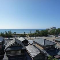 館内から見える海の眺め