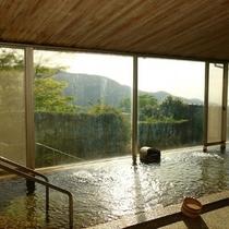 自然と溶け込むような広々とした大浴場です。