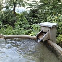 自家源泉が溢れる露天風呂。