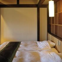 眺望の良い客室露天で温泉を満喫した後はシモンズ社のヘブンリーベッドでくつろげます。