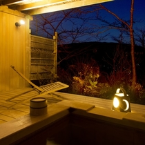【露天付客室2ベッドタイプ】客室から薄暮の箱根連山