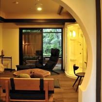 【準特別室のリビング】ホームシアター仕様の40インチTVを設置。スタイリッシュなインテリア。