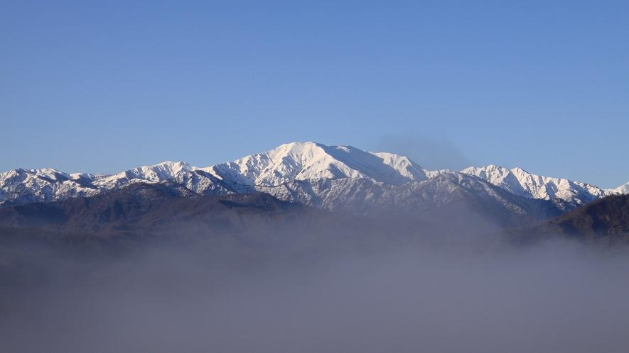 *[春/飯豊山]切り立った山肌が美しい山です。