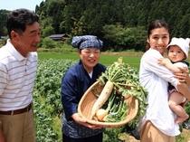 お客様と一緒に野菜を畑で採り、採れたて野菜をピザのトッピングにします