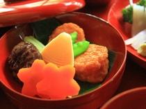 里山で採れたタケノコと鶏肉を混ぜ合わせた創作煮物