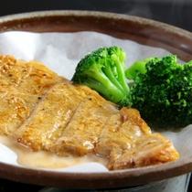 夕食_豚ステーキ陶板焼き2