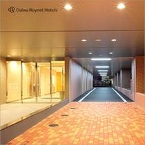 ホテルアプローチ:車路を通りホテル裏立体駐車場へ