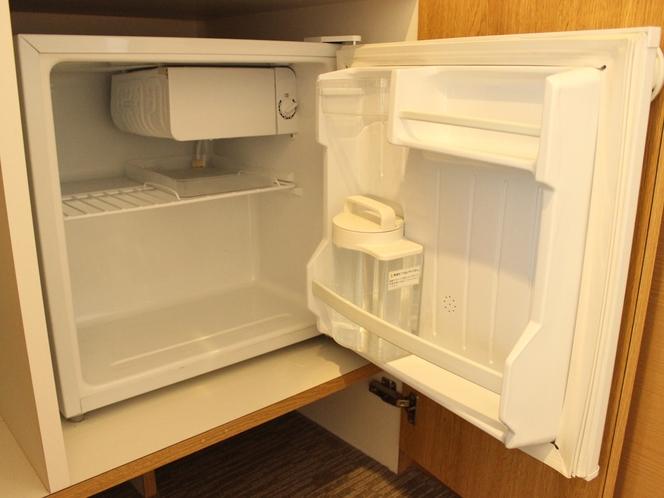 客室冷蔵庫(飲料水のみ入れております。)