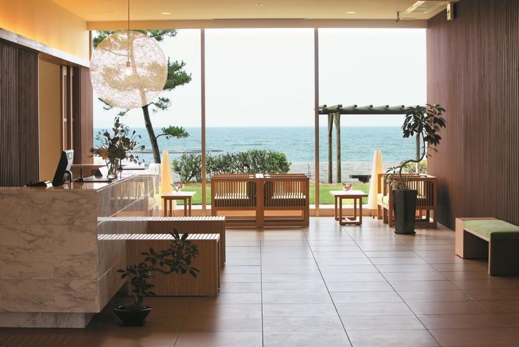 フロント-一面に広がる日本海を見ながらチェックイン
