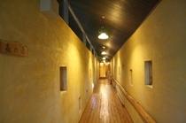 温泉棟「森の湯」に向かう廊下