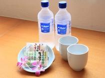 客室冷蔵庫内にミネラルウォーター(無料)とお茶菓子として「ちんすこう」をご用意しております