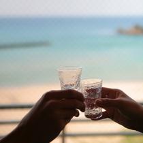 目の前の海を楽しみながら乾杯♪