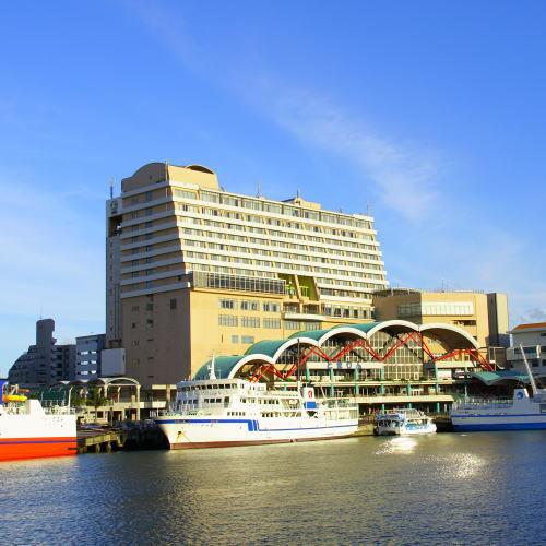 【ホテル外観】慶良間諸島の観光に便利な泊港に立地