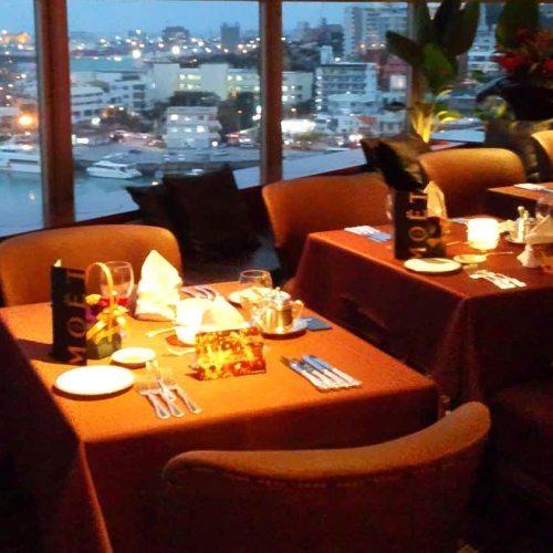 【ダイニング暖琉満菜】窓側のお席からは港の夜景がお楽しみいただけます。