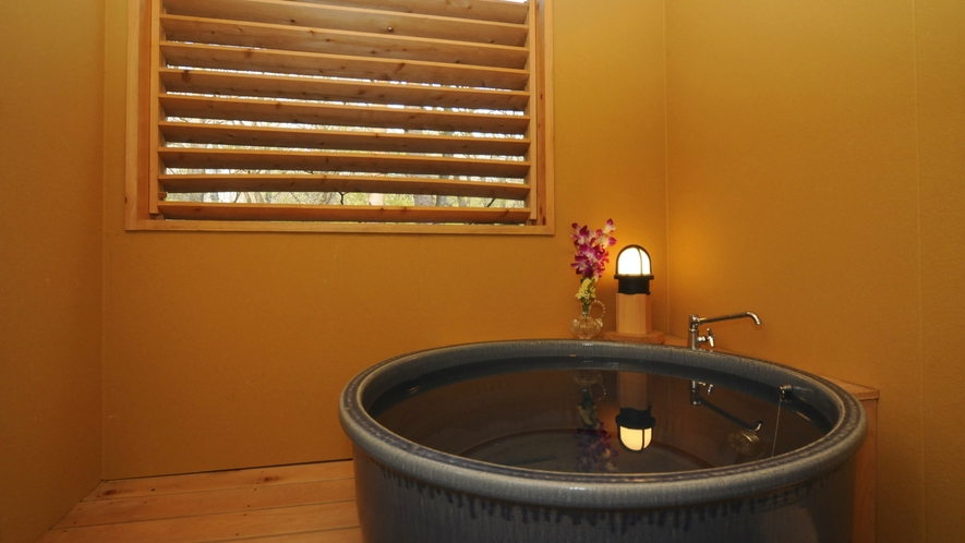 客室露天風呂一例(陶器)