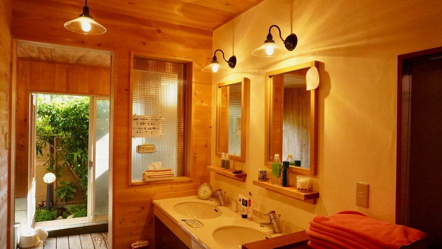 和の趣の貸切風呂。他にお客さんはいないので、何度でもご自由に。