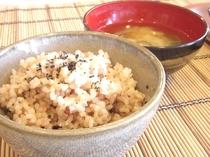 朝食は玄米ご飯!