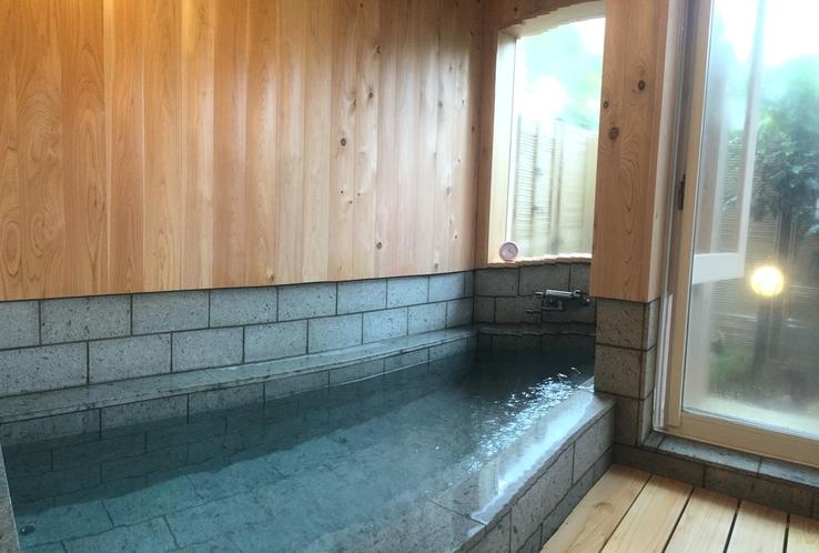 2017年春、改修したばかりの貸切風呂は広い湯船が好評です。
