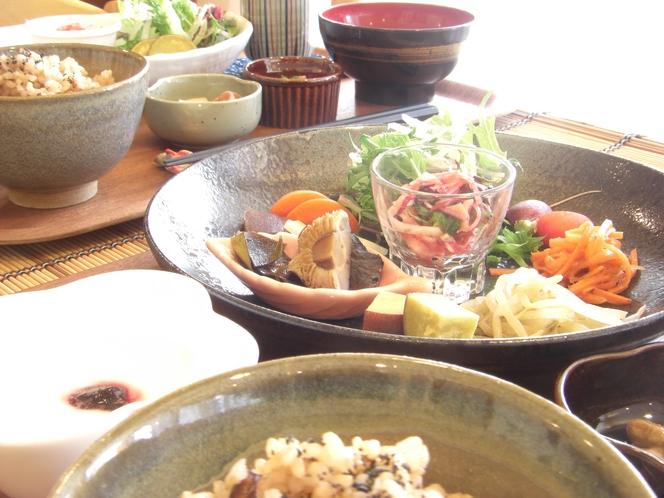朝食は和食膳!田舎のお母さんが作ってくれたような懐かしく優しい味に仕上げました。