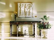 ロビーのデラロビアの大理石の彫刻