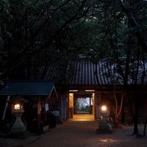 △花の窟神社の参門