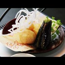 【贅-zei-】~揚物~ この日の揚物は海老しんじょと地那須。抹茶塩で召しあがって頂きます。