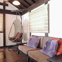 *【むらさき】ソファやゆりかごチェアなど家具にもこだわっています。