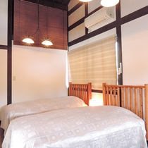 *【むらさき】丁寧にベッドメイキングした寝室です。