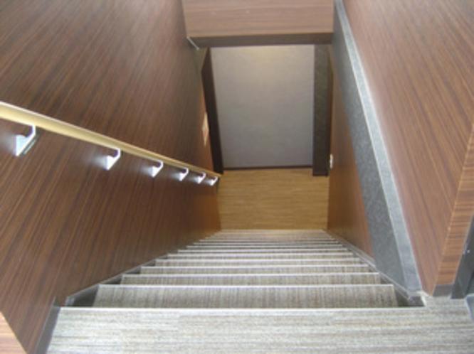 申し訳御座いません。当館はエレベーターが御座いません。