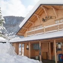 *【健六の湯】木造の趣ある建物を、冬の間は雪が彩ります。