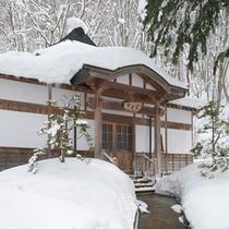 *【十方堂】冬は雪に覆われた当館。静かな空間の中でお寛ぎ下さい。