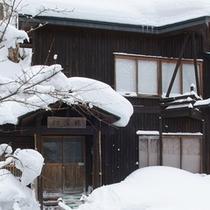 *【幻渓楼】白い雪景色の中に、壁の色が美しいコントラストを生み出します。